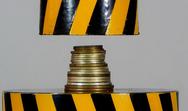 Υδραυλική πρέσα 100 τόνων τεστάρει την αντοχή μερικών κερμάτων (video)