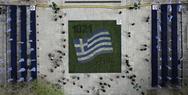 Το λουλουδάτο «χαλί» στο Σύνταγμα για τα 200 χρόνια από την Ελληνική Επανάσταση από ψηλά (video)