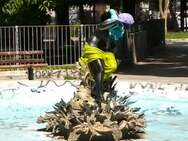 Πάτρα: Έβαλαν στο άγαλμα του συντριβανιού της πλατείας Όλγας τα... χρώματα της άνοιξης