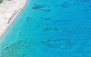Η παραλία της Ελλάδας με νερά πισίνας που μοιάζει βγαλμένη από την Καραϊβική (video)