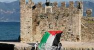 Ναύπακτος: Σήκωσαν πανό για την Παλαιστίνη στο λιμάνι