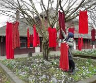 Τα κόκκινα φορέματα που 'μιλούν' για κάθε γυναίκα που αγνοείται