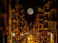 Πάτρα: 'Γέμισε' η 'σελήνη των λουλουδιών' - Εντυπωσιάζει το φεγγάρι