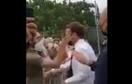 Γαλλία: Πολίτης χαστούκισε τον Μακρόν μπροστά σε κόσμο (video)