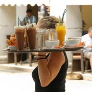 Πάτρα: Τρόμος στα Ψηλαλώνια με νεαρό που επιτίθεται σε σερβιτόρες