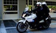Έφοδος της αστυνομίας σε αποθήκη στον Πύργο - Βρέθηκαν καλάσνικοφ