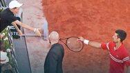 Roland Garros: Ο Τζόκοβιτς χάρισε την ρακέτα του σε αγοράκι και αυτό τρελάθηκε από χαρά (video)