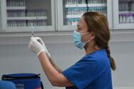Επιτροπή Βιοηθικής: «Πράσινο φως» για υποχρεωτικό εμβολιασμό σε υγειονομικούς και εργαζομένους σε δομές ηλικιωμένων