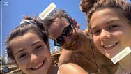 Η φωτογραφία του Κυριάκου Μητσοτάκη με δύο κοριτσάκια στην Τήνο
