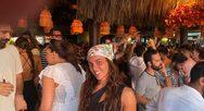 H Καρολίνα διασκεδάζει σε παραλιακό μπαρ στο Λουτράκι (φωτο)