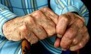 Οικιακή βοηθός άρπαξε κοσμήματα αξίας 5.000 ευρώ από σπίτι ηλικιωμένου