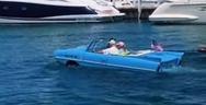 Ηλικιωμένο ζευγάρι συνδυάζει βόλτα με το αυτοκίνητο και βαρκάδα (video)