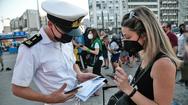 Covid 19: Οι ανεμβολίαστοι κουβαλάνε στα νησιά τον ιό - «Μάχη» με συνεχείς ελέγχους σε λιμάνια και αεροδρόμια