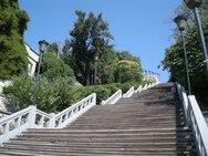 Για «κασκαντέρ» και… πατινάζ οι σκάλες του ιστορικού κέντρου της Πάτρας!