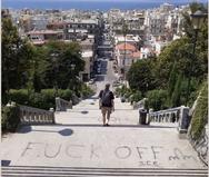 Σκάλες Αγίου Νικολάου: Ο 'καλλιτέχνης' αυτή τη φορά 'έγραψε'!