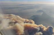 Εύβοια - Ο καπνός από τη φωτιά όπως φαίνεται μέσα από αεροπλάνο