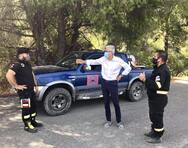Ο Άγγελος Τσιγκρής με τους εθελοντές πυροσβέστες της Αιγιάλειας