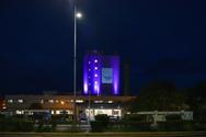 Πάτρα - Στο συμβολικό μωβ χρώμα φωτίστηκε το κτίριο του Γενικού Νοσοκομείου Πατρών «Άγιος Ανδρέας»