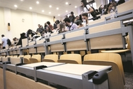 Στα αμφιθέατρα επιστρέφουν οι φοιτητές
