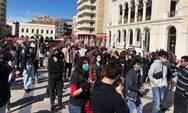 Πάτρα: Συλλαλητήριο και συναυλία από τους φοιτητές στην πλατεία Γεωργίου 'Όλοι στον αγώνα για μόρφωση ζωή - Δεν έχουν χώρο στις σχολές μας οι ναζί'