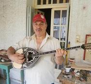 Πάτρα: Ο 55χρονος μαστρο - Γιάννης που έχει κάνει μπουζούκια για τους Καραντίνη, Γκολέ και πολλούς άλλους!