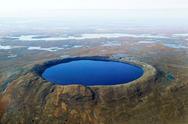 Καναδάς: Λίμνη με καταγάλανα νερά που βρίσκεται πάνω σε κρατήρα από μετεωρίτη (pics)
