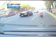 Το μωρό πήρε το καροτσάκι του και πήρε τους δρόμους (video)