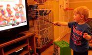 Ένας μικρός μάγος λειτουργεί την τηλεόραση με το ραβδί του (video)