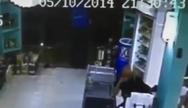 Βίντεο σοκ: Κουκουλοφόρος εισβάλει σε μίνι μάρκετ και δολοφονεί εν ψυχρώ τον ιδιοκτήτη!