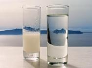 Γιατί το ούζο γίνεται λευκό όταν βάλουμε νερό;