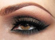 Δημιουργήστε ένα σαγηνευτικό βλέμμα με smokey eye look σε 3 βήματα (video)