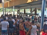 Οι Πατρινοί ξεχύθηκαν στα beach bars - Χαμός από κόσμο υπό τη σκιά της βροχής (pics)