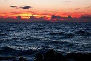 «Μούχρωσε» ο ουρανός με ανταύγειες του φωτός στην Πάτρα (pics)
