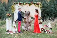 Ζευγάρι παντρεύτηκε με κουμπάρα μία... αρκούδα (pics)
