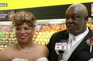 Ζευγάρι παντρεύτηκε σε ένα μικρό μπακάλικο (video)