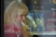 Η Karolina Kurkova παίζει με την μπανάνα και τον φακό (pics)