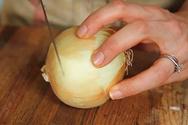 Πώς να καθαρίζετε κρεμμύδια χωρίς να… κλαίτε (video)