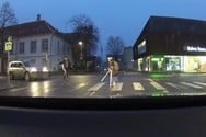 Πήγε να βοηθήσει μια γριούλα να περάσει το δρόμο και τα έκανε χειρότερα (video)