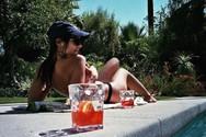 Emily Ratajkowski - Απολαμβάνει το ποτό της τόπλες!