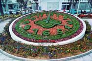 Όταν το ρολόι της Πλατείας Τριών Συμμάχων ήταν πνιγμένο στα λουλούδια!
