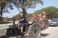 Γιαγιά αγρότισσα οδηγεί τρακτέρ και μεταφέρει τα εγγόνια της!