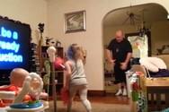 Όταν ο μπαμπάς... προσέχει τα παιδιά (video)