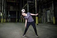 Κοπέλα κάνει εντυπωσιακά κόλπα με μπάλα (video)