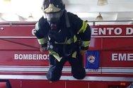 Πυροσβέστης κάνει ενόργανη γυμναστική, φορώντας ολόκληρο τον εξοπλισμό του (video)