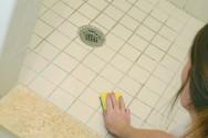 Πώς βγαίνει η μούχλα από τα δύσκολα σημεία στο μπάνιο
