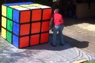 Άνδρας έλυσε τον μεγαλύτερο κύβο του Ρούμπικ και έσπασε το Ρεκόρ Γκίνες (video)