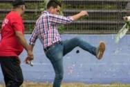 Ουρουγουάη - Παράγοντας ομάδας κλωτσάει.... κότα μέσα στο γήπεδο (video)