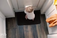 Μωρό βρήκε έναν ασυνήθιστο τρόπο για να παίξει (video)