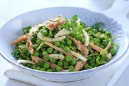 Φτιάξτε σαλάτα με αρακά και καπνιστή πέστροφα