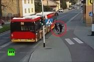 Έσπρωξε τη φίλη της στις... ρόδες λεωφορείου (video)